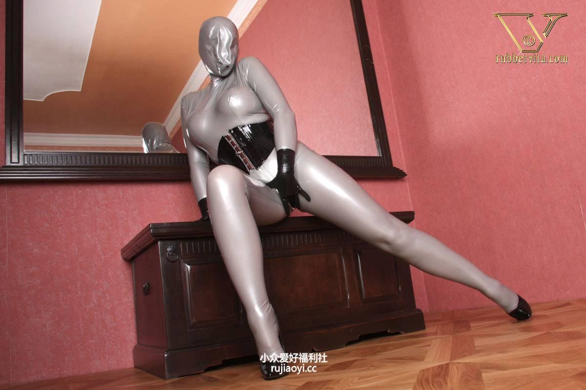 [RubberVita] 灰色乳胶女孩寂寞夹腿