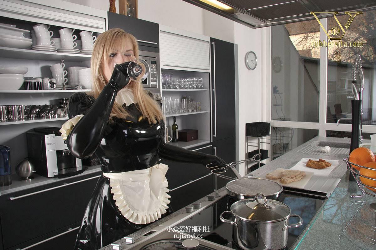 [RubberVita] 美女穿女仆黑丝乳胶衣下厨