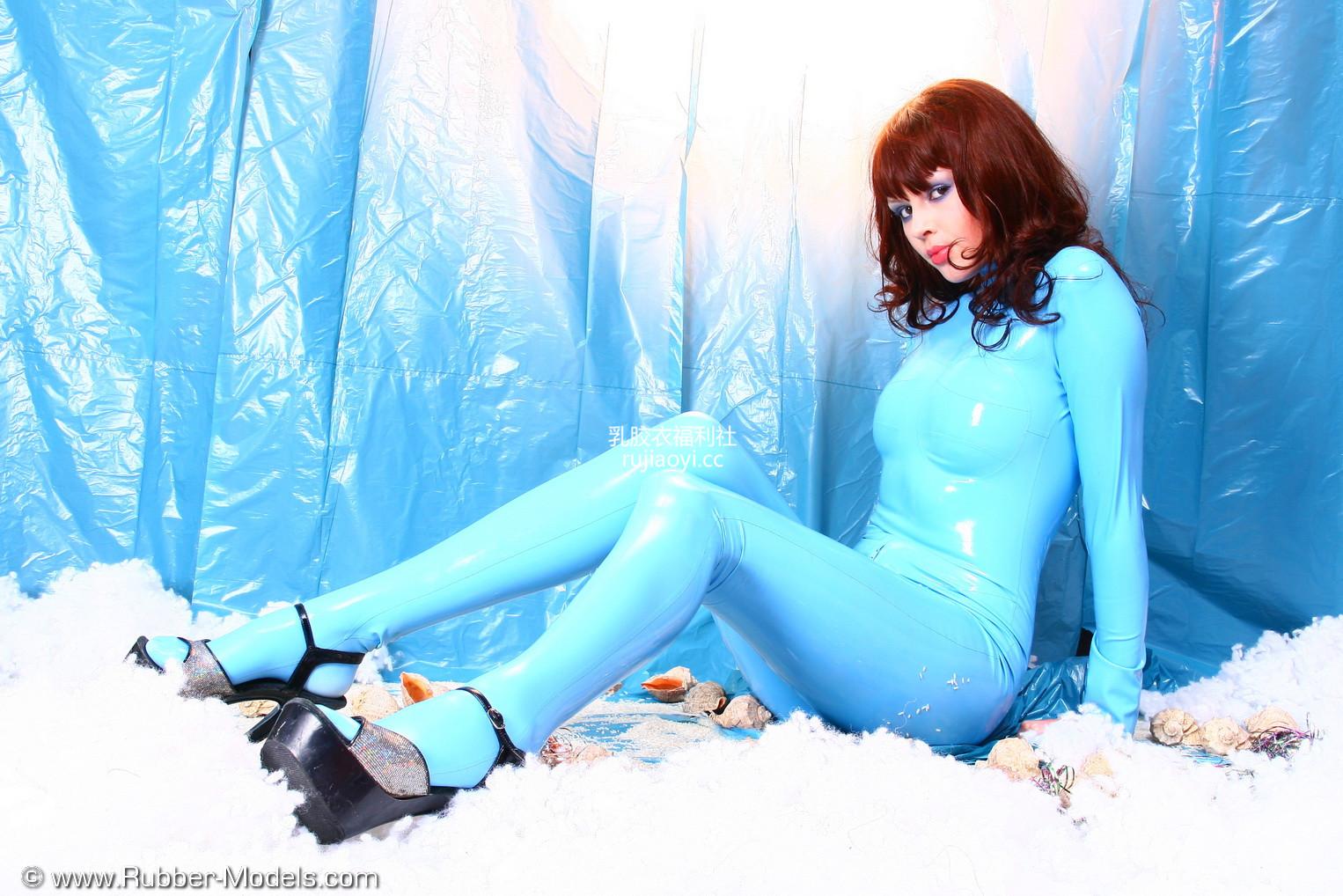 [RubberModels] 亮蓝色乳胶衣少女摆出不同姿势