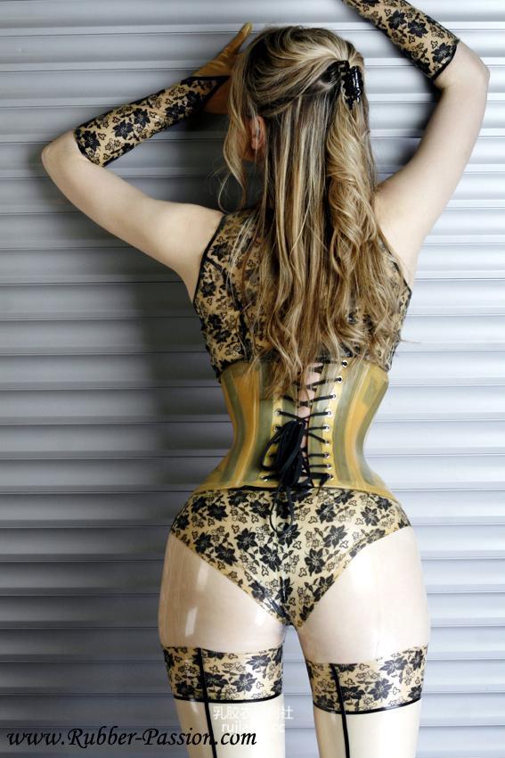 [免费福利] 豹纹束腰乳胶衣尤物性感写真