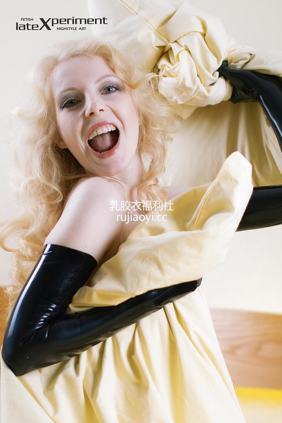 [LateXperiment] 金发少女半裸大尺度乳胶手套床上写真