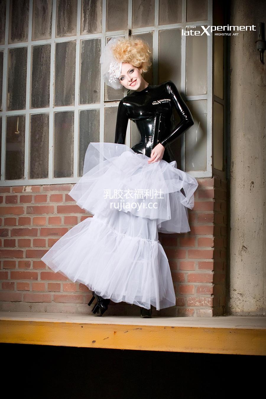 [LateXperiment] 身穿乳胶衣的外国新娘外拍写真