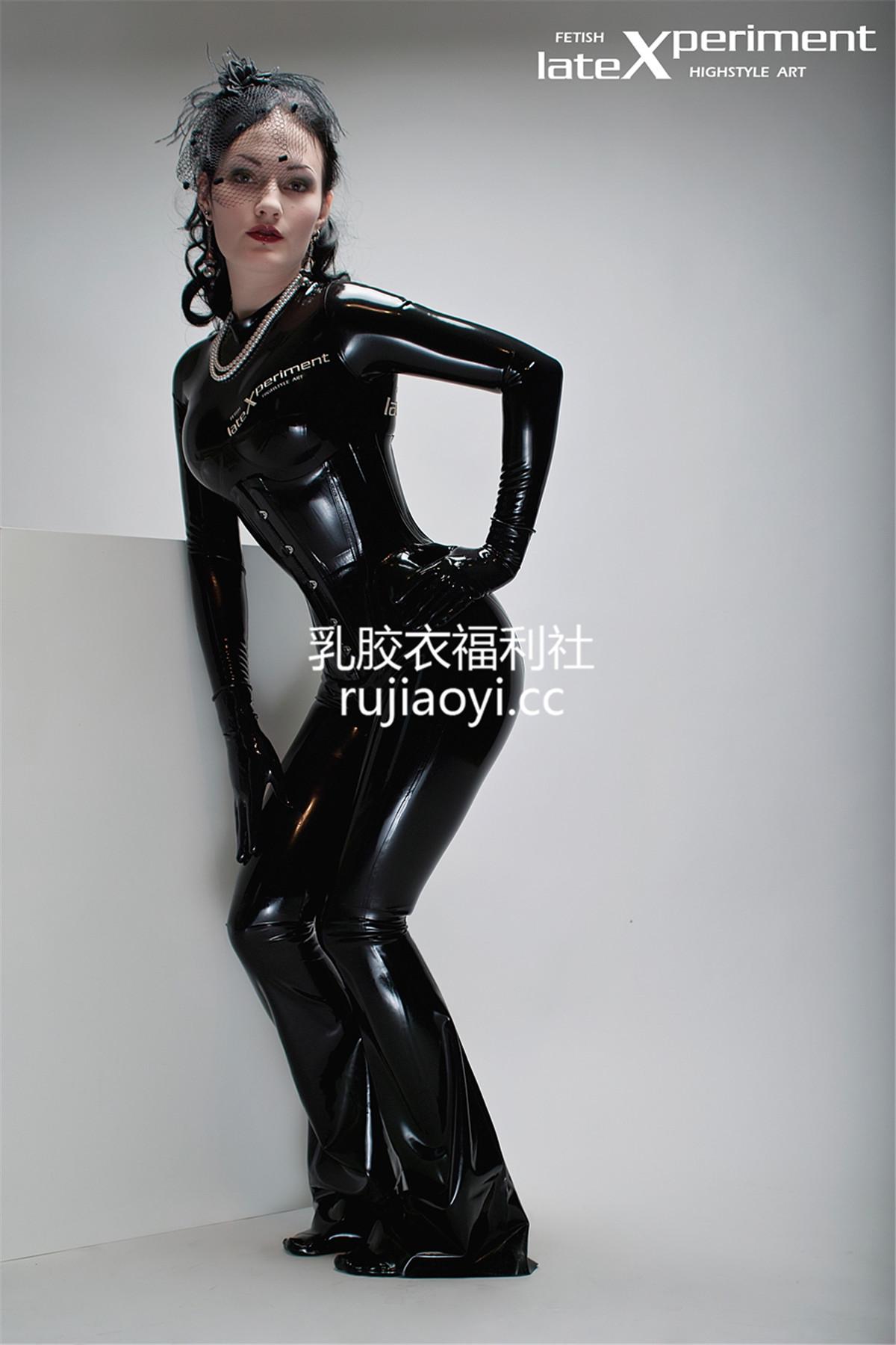 [LateXperiment] 神秘黑色乳胶衣翘臀少妇双手抚摸傲人双峰