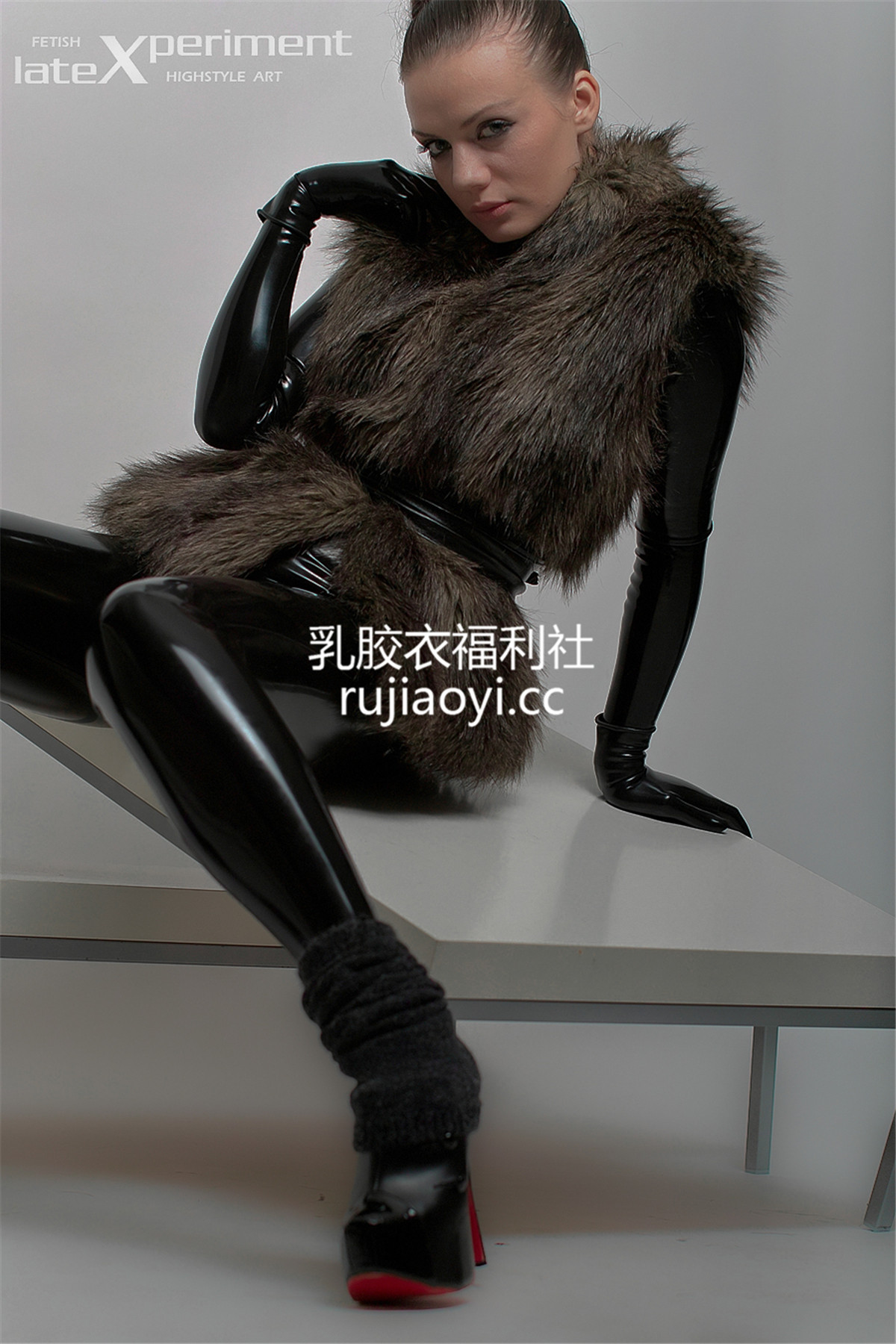 [LateXperiment] 气质美女黑色乳胶衣手套诱惑写真