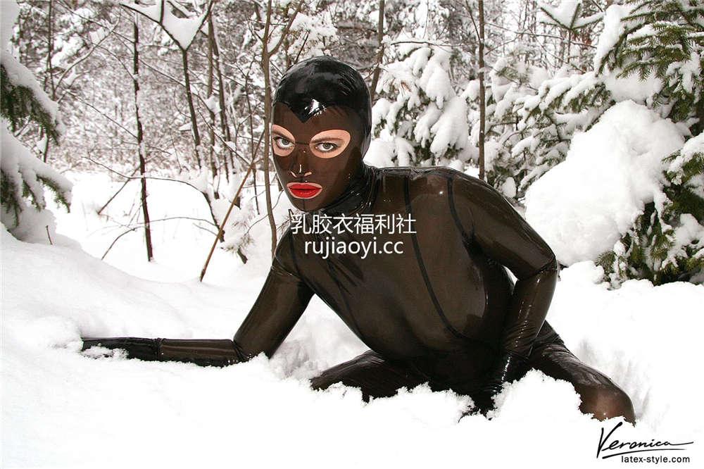 [LatexVeronica] 雪地半透明乳胶衣头套美女美好身材一览无遗