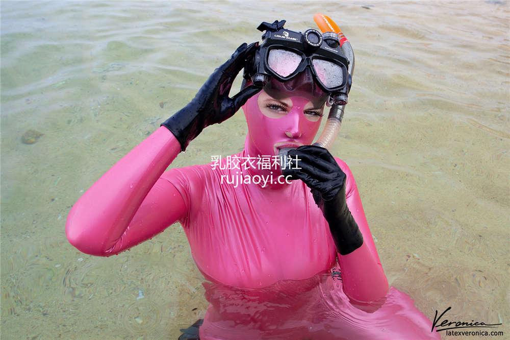 [LatexVeronica] 全身乳胶衣在水中浮潜不同体验