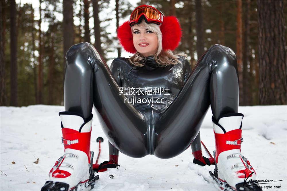 [LatexVeronica] 少妇穿乳胶衣滑雪别样迷人风情