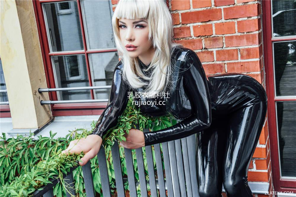 [Zlata] 洋妞黑色乳胶衣纤细美姿惹火诱人