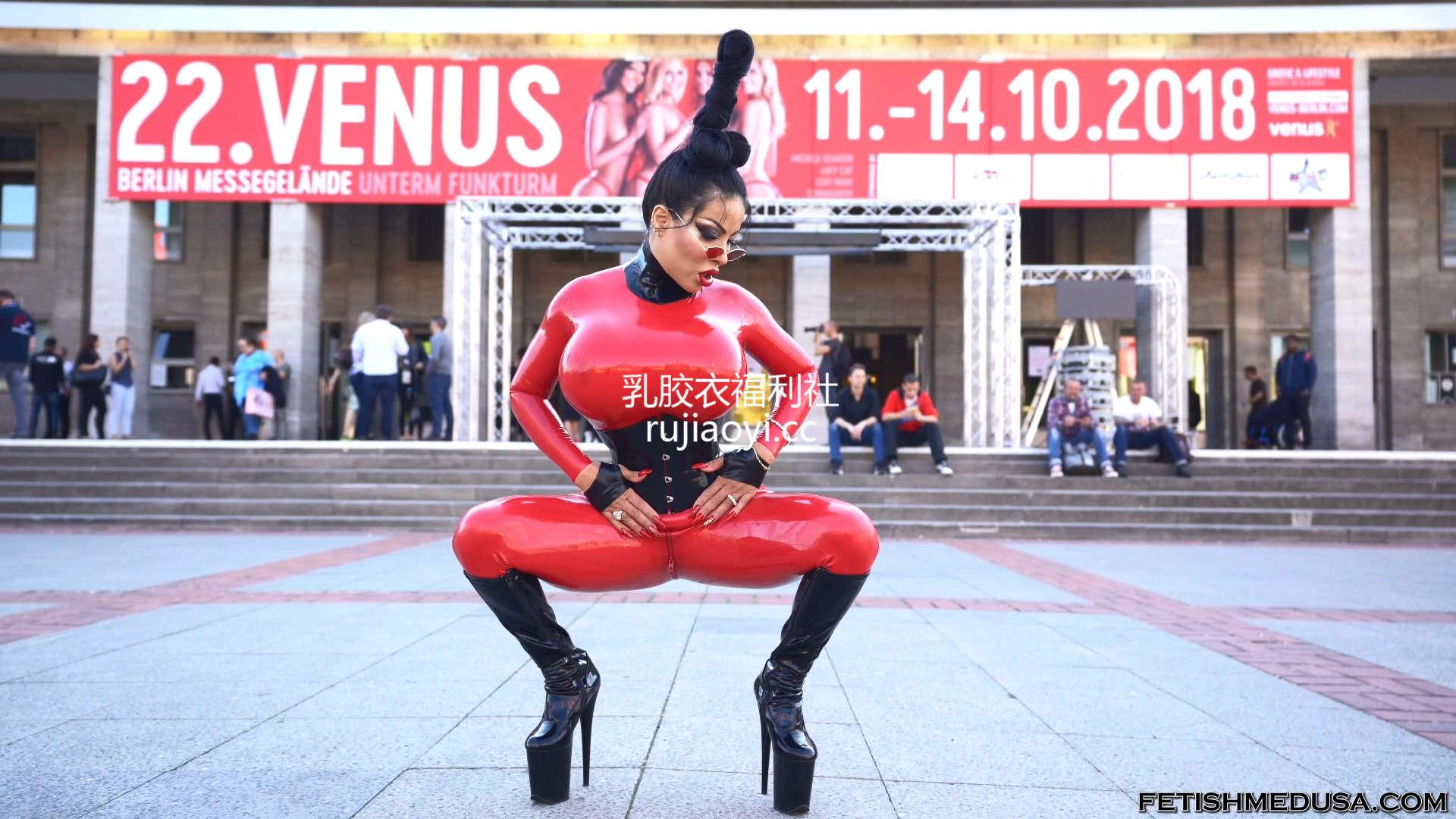 [永V专享-独家精品乳胶衣视频] 极品尤物束腰乳胶衣户外露出写真-1080p高清视频 [1V/289M]