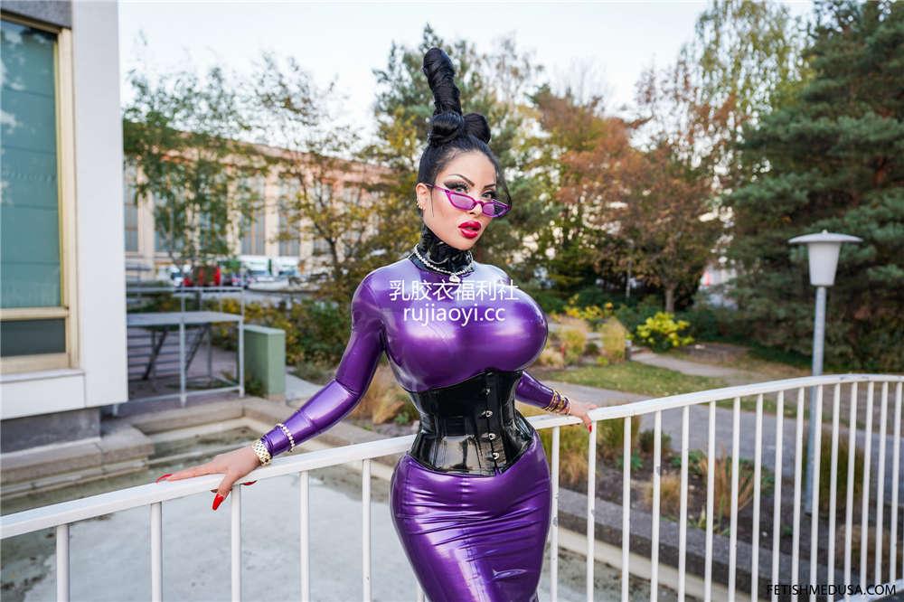 [Fetishmedusa] 外模紫色乳胶裙前凸后翘满是诱惑模样