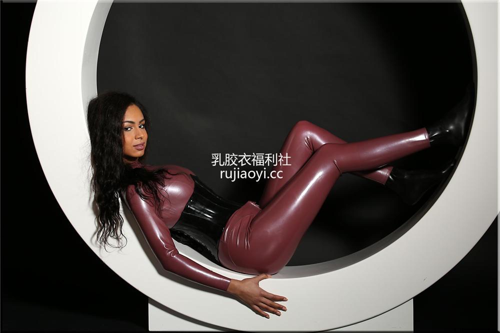 [精品乳胶衣套图] 黑妹子乳胶衣包裹火辣胴体