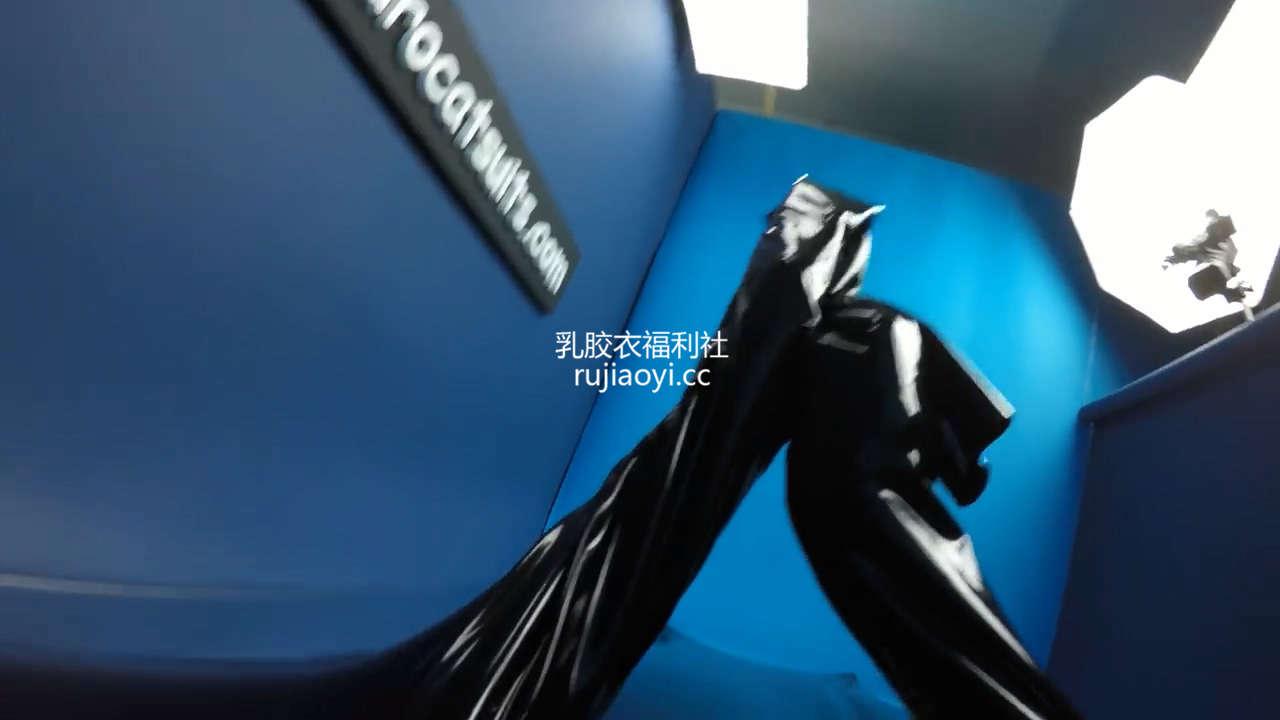 [永V专享-独家精品乳胶衣视频] 第一人称进入乳胶真空床-720P高清视频 [1V/95.4M]