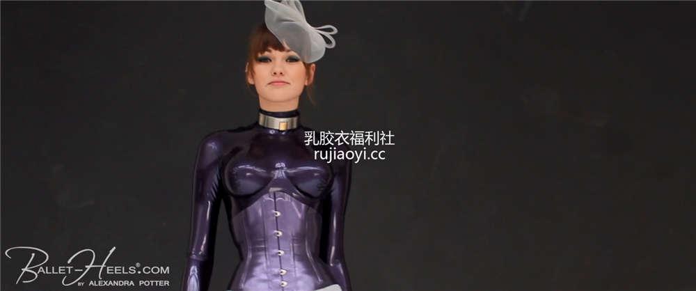 [永V专享-独家精品乳胶衣视频] 小妹妹颈圈紫色紧身衣身姿傲人-720P高清视频 [1V/358M]