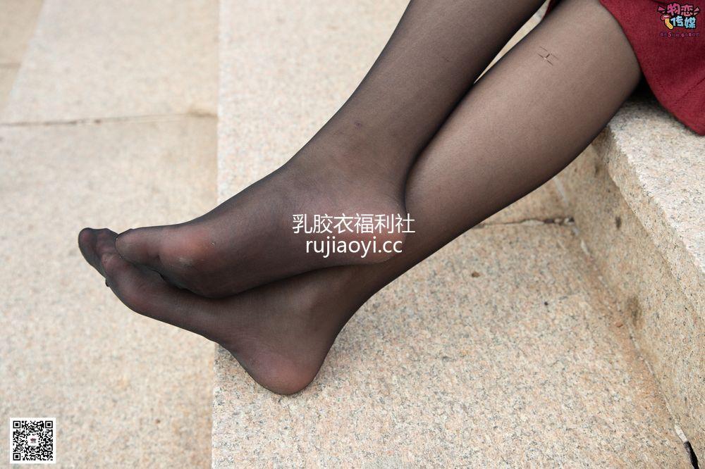 [物恋传媒] No.055 一袭红的神秘与热情,经典白色匡威高帮配黑丝 [143P1V1.09G]