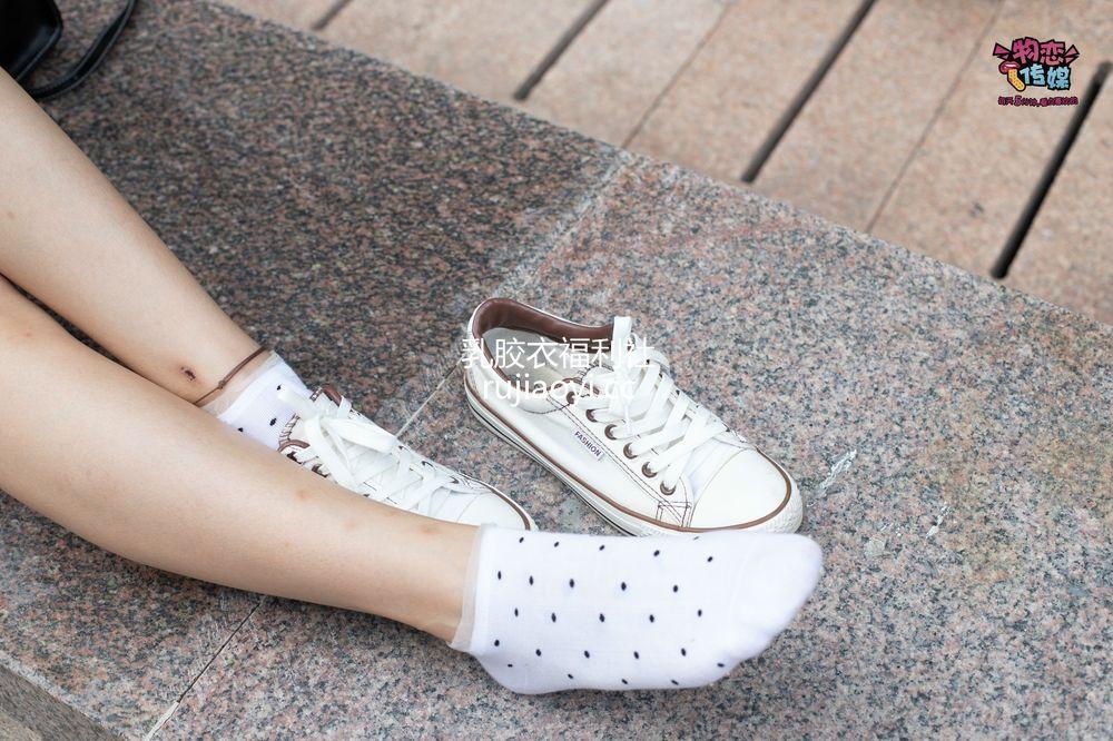 [物恋传媒] No.051 俏皮露肩T恤搭配粉色小短裙,白色板鞋配白色斑点袜 [148PV1.10G]
