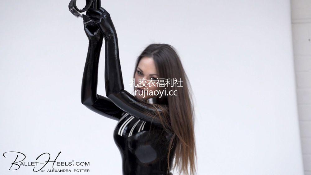 [永V专享-独家精品乳胶衣视频] 妹子黑紧身胶衣情趣玩具-1080P高清视频 [1V/215M]