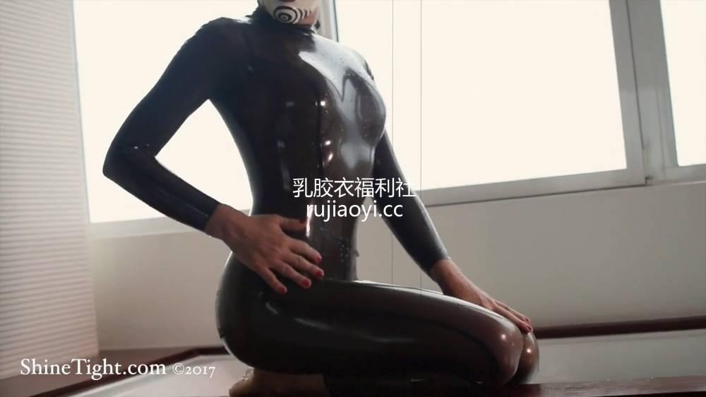 [永V专享-独家精品乳胶衣视频] 妹子乳胶衣小丑面具在洗澡(二)-720P高清视频 [1V124M]