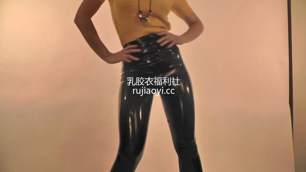 [永V专享-独家精品乳胶衣视频] 乳胶裤下面原来是黑丝袜-1080P高清视频 [1V79M]