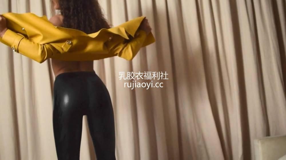 [永V专享-独家精品乳胶衣视频] 妹子帮乳胶裤涂光亮剂-720P高清视频 [1V114M]