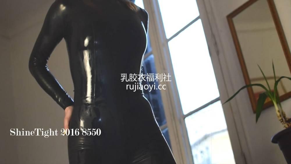[永V专享-独家精品乳胶衣视频] 妹子脱下外套里面是全包乳胶衣-720P高清视频 [1V92M]