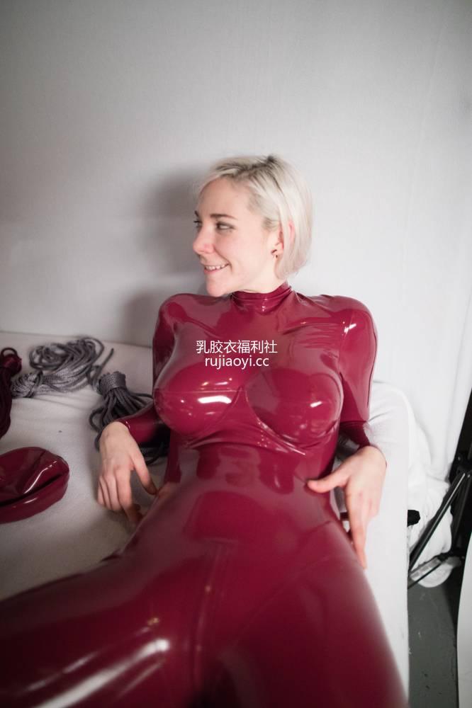 [精品乳胶衣套图] 穿红色乳胶紧身衣的女孩霸气十足 [11P28M]