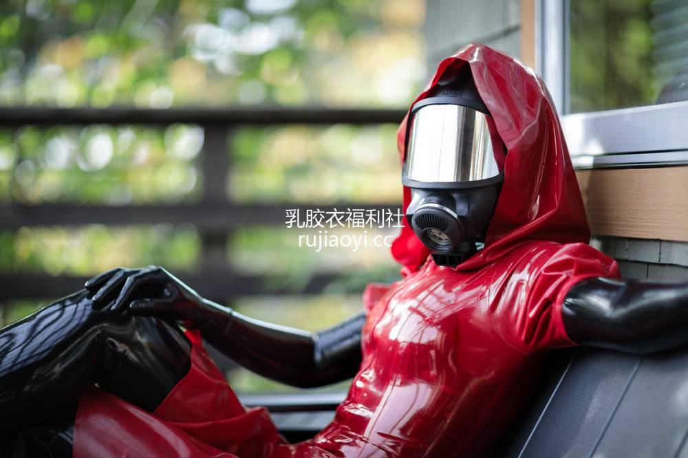 [精品乳胶衣套图] 防毒面罩红色乳胶外套紧身衣的女孩 [14P29M]