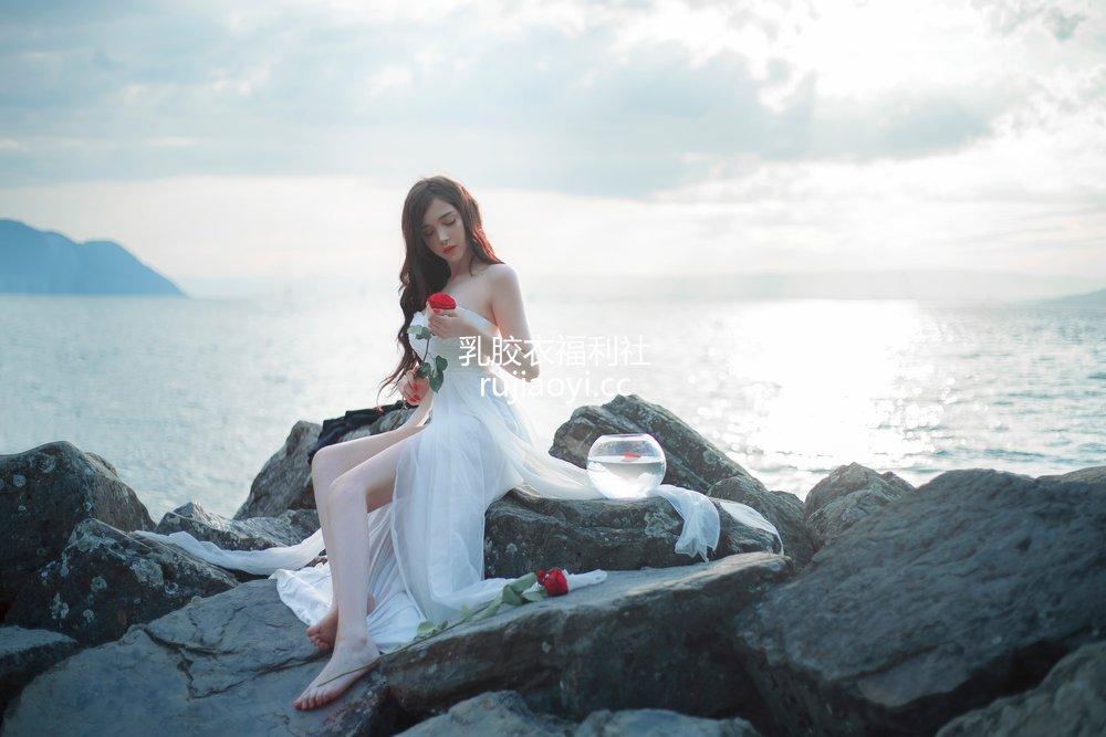 [网红杂图] SayaTheFox - 海滩随拍 [10P105MB]