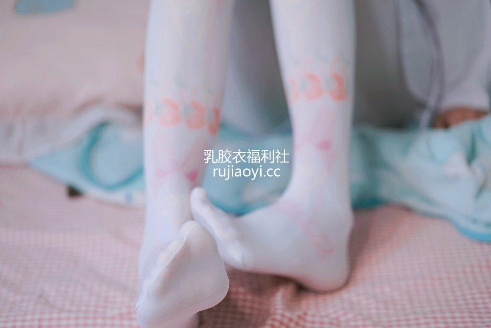 [网红杂图] 眼酱大魔王w - 踩玩偶 [10P2MB]