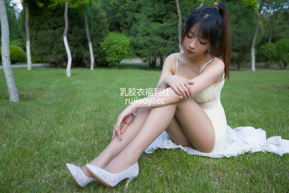 [网红杂图] 小女巫露娜 - 户外小红裙 [66P42MB]